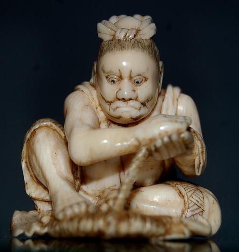 В японской мифологии, кирин - это существо с головой дракона, телом оленя и крыльями, имеющее копыта лошади